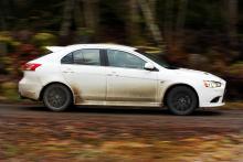 En bil som är kul att smutsa ner. Spoilerpaket och 18-tumshjul med 45-profilsdäck markerar sportigheten, Lancer Ralliart sticker verkligen ut!