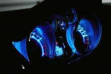 Instrumenten lyser vackert blå i mörker. Det ser läckert ut, men är inte optimalt för synbarheten.