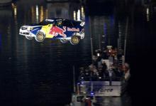 På nyårsafton satte Travis Pastrana nytt världsrekord i rallyflygning, 82 meter.