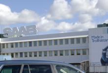 Utanför Saabfabriken i Trollhättan manifesterar de anställda under tisdagen mot GM:s hantering av Saabaffären.