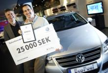 Kevin Richardson tar emot prissumman på 25 000 kronor från Volkswagen Sveriges marknadschef Åke Lundberg.