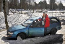 Går Charlotte Nilssons Toyota Corolla -97 en ny vår till mötes? Efter att den stått översnöad under vintern hamnar den kanske i Afrika. Charlotte har fått erbjudanden om att sälja sin bil för ett pris som ligger 10 000 kronor över det normala.