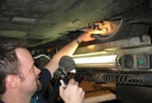Det är här problemet sitter, påvisar Bilprovningens kontrollant Björn Jonsson och visar var glappet i styrleden på BMW:s 5-serie uppstår.