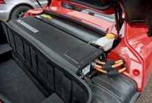Batteriet i Tesla Roadster består av 6 831 litiumjon-celler. Att ladda fullt tar cirka 14 timmar, livslängden beräknas till sju år och kostnaden för ett nytt batteri är 25 000 euro.