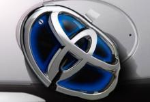 Toyota faller men stöttas av sina egna