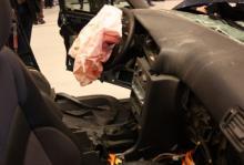Instrumentpanelen i den äldre Volvon har tryckts in i kupén (notera att växelspaken knappt syns längre).
