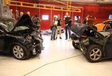 Efter att krocktestet mellan en V70 -09 och en V70 -97 ägt rum drogs presenningarna av bilarna som var med i den verkliga olyckan hösten 2009.