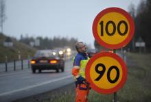 I slutet av 2009 sänktes hastighetsgränserna längs 1 500 mil väg. Gränserna sänktes från 90 till 80 km/tim på 1 300 mil väg.