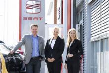 Glada miner efter starkt förbättrade resultat, Niclas Helmersson, Seats märkeschef och kollegorna Madeleine Kjessler, marknadschef och Sanna Strömbäck, PR-ansvarig.
