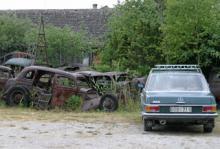 En halvgammal Mercedes verkar trivas intill bilkyrkogården på Kutens ben.