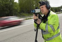 Berndt Ljung mäter hastigheten med lasern.