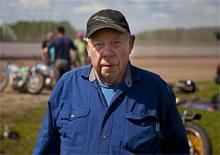 """BERTIL """"LILL-BERRA"""" CARLSSON, 80. När Olle Nygren kommer till Sverige för att hålla sina kurser har han alltid sällskap av """"Lill-Berra"""" Carlsson. Alltid med en smörjkanna, en dunk etanol eller en kedjebrytare i högsta hugg. Här kan vi tala om en slitstark vänskap - herrarna tävlade tillsammans (och mot varandra) på 1950-talet och har sedan dess följts åt. """"1954 åkte vi bil till Sydafrika"""", berättar Bertil Carlsson. """"Men på den näst sista tävlingen blev jag omkullkörd och bröt svanskotan. Det kändes lite ensamt att ligga kvar på sjukhuset när kompisarna reste hem."""" Ett annat problem var hur han själv skulle ta sig hem efter konvalescensen. """"Men då ordnade Olle en extratävling i Durban där pengarna gick till min flygbiljett. Jag fick sedan lifta med SAS till Nairobi och bo på SAS hotell. """""""