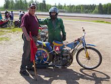 Gunnar Lund fick kursen i 60-årspresent av sin son för tio år sedan. Det slutade med att de köpte en egen hoj (Jawa 4-ventilare) och återkom flera gånger. Sommaren 2010 var det dags för 70-årsfirande och självfallet ingick en helg på grusovalen.