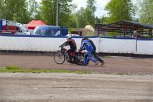 Två kompisar får hjälpa till att skjuta igång hojen. De riktiga snitsiga slår igång motorn genom snärta till bakhjulet medan hojen står på depåstödet.