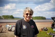 """BJÖRN BJÖRN, 65, GOTLAND. Björn Björn är en av världens främsta nyckelharpsbyggare. Fiddlor och andra stränginstrument står också tillverkningsrepertoaren. Hemma i Ljugarn på Gotland är han dessutom fårbonde. Men drömmen om att köra speedway väcktes när han som grabb såg Varg-Olle och de andra stjärnorna tävla på Solvalla. """"I syslöjden sydde jag en väst med en varg på och varje frukostrast körde vi 'speedway' med våra trampcyklar"""", berättar Björn Björn. Så kom det sig att han anmälde sig till Varg-Olles kurs. Som för många andra var det vanebildande. """"Jag köpte en hoj av Varg-Olle. Nu har jag sju stycken…"""""""
