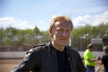 """CLAES RUNNSTRÖM, 55, STOCKHOLM. Claes Runnström har tävlat med racerbåt, i motocross och i bilracingserien SLC (Svenska långloppscupen). """"Jag har velat prova på speedway i många år men inte vetat vart jag skulle vända mig. Det här var svinroligt"""" säger Claes som till vardags driver en bilverkstad. """"Mer fysiskt krävande än jag hade trott, men det handlar nog om att öva upp tekniken också. Charmigt att köra på så gamla hojar dessutom."""""""