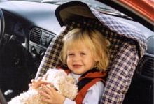 Här sitter lilla Moa i en barnstol, bakåtvänd. Foto: Yvonne Palm-Lundström