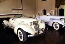 Only in California: falska plast-Auburn med vita däcksidor och krämiga kulörer.