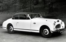 Interceptor 2-door Saloon 1950 såg framtill ut som en ovanligt stor Austin A40 Sports. Inte konstigt alls – Jensen byggde deras karosser också. 52 ex byggdes fram till 1957.