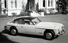 541 R hade Austins sexcylindriga 150-hästarsmotor, glasfiberkaross och för sin tid mycket bra prestanda. Notera de 300 SL-liknande utsmyckningarna ovanför hjulhusen.