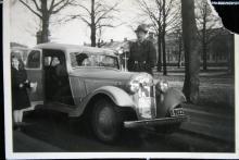 Så såg det ut på åtskilliga svenska gator och torg både före och efter kriget; det är dags att fara på utflykt med familjebilen, som praktiskt nog har bakhängda dörrar. Notera att tiderna är kalla och att kylaren behöver skärmas av. Trumpf Junior från 1937.