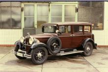 Adler Standard 6 började byggas 1927 och var i varianter i produktion ända till 1934. Bilen på bilden är sannolikt från 1931. Den raka sexan på tre liter gav 50 hästkrafter vid 3000 varv.