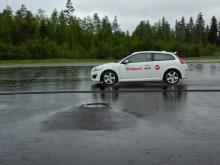 Vinterdäcken med bästa isgreppet får ofta problem att klara våt väg. Vinterdäck är en svår kompromiss. Det viktiga är därför att välja det alternativ som passar bäst för det egna behovet. Testerna på asfalt gjordes på Nokians testbana utanför Tammerfors med Volvo C30.