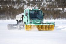 Den här maskinen används vid körning på isväg för att hålla friktionen så konstant som möjlig. Borstarna tar bort eventuell snö och dubbrullen ger möjlighet för friktionsdäcken att få grepp.