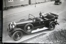 1920-talets öppna Packard-vagnar byggdes på flera hjulbaser, varav detta sannolikt är den längsta. Här reste minst sju personer i komfort, i varje fall om det inte regnade. Det har under årens lopp rullat ganska många Packard-vagnar i Sverige, och den här bilen är fotograferad i Stockholm.