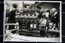 Den nya sportvagnens V8-motor. Här har den bara en förgasare – det blev värre sen…