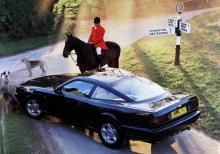 Aston Martin Virage Coupé på rävjakt. Motorn är en 90-graders V8 på 5,3 liter och med en maxeffekt på 335 hk. Modellen presenterades hösten 1988.