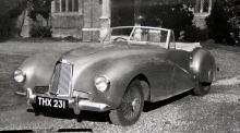 Efterkrigstidens första Aston-sportvagn kallades DB1, såg ut så här och hade tvålitersmotor på 90 hk. Rörramschassi, individuella hjulupphängningar fram och stel axel bak.