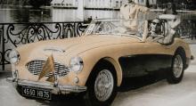 Paris-registrerad 100 Six i färd med att vinna Grand Prix d´Excellence vid den mondäna badorten Enghien-les-Bains sommaren 1958. I Frankrike har man alltid varit förtjust i skönhetstävlingar, både för bilar och damer.