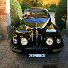 """Bristol 401 kom ny till Sverige och levde ett omväxlande liv tills denne skribent hittade den i uselt skick på en villatomt i Älvsjö. Köpet gjordes upp och bilen transporterades iväg till en lämplig lada. Bilen byttes senare bort mot en Hudson från 1939, som stod parkerad under en gran i ett sommarstugeområde utanför Västerås. En ägare senare kom den vackra vagnen år 1974 till Bo Lindgren, som renoverade den och fortfarande äger """"min"""" Bristol."""