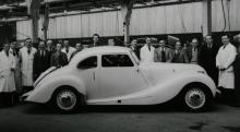 Stolta gubbar har just byggt en Bristol 400, företagets första bilmodell och lanserad 1947.
