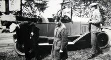 Tre män och en bil, i det här fallet en Citroën från tidigt 1920-tal. Bakringen kontrolleras av en orolig resenär.