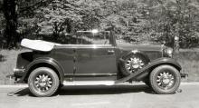 1932 års sexcylindriga DeSoto fanns att köpa i ett antal olika karossutföranden. Här är en femsitsig cabriolet med snyggt bakhängda dörrar och dubbla reservhjul, ett i varje framskärm.