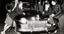 Motorburen ungdom körde gärna DeSoto eller Chrysler, rymliga vagnar med så kallad gökarbänk både fram och bak. Fast positionsljusen visar att detta egentligen är en modifierad Dodge från 1946–48.