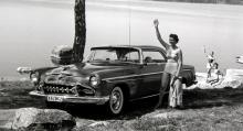 Hej Framtiden! Happiness is a 1955 DeSoto med det nya formspråket (som man säger nuförtiden) The Forward Look. Motorerna gav 185 respektive 200 hk vid 4400 v/min.