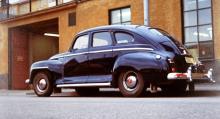 En femmeters DeSoto från 1948 parkerad utanför en kylarfabrik i Sundbyberg någon gång på 70-talet. Kanske har bilen ett förflutet som droska, kanske som direktionsbil i den mindre sågverksindustrin…