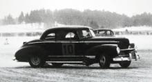 Så här såg Hudsons första efterkrigsårgångar, 1946-47, ut och i detta svenskt snöiga exempel är det en präktigt sladdande coupé vi ser. Under 1947 byggde Hudson sin tremiljonte bil, men försäljningen gick inte bra, bara omkring 100000 bilar om året, vilket gav en trettondeplats i statistiken.