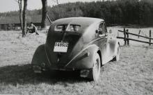 Landsvägsdammet avslöjar: detta är en vagn för slingriga grusvägar, en Lancia Aprilia. Byggdes 1937–39 i nästan 15000 exemplar. V4-motor på 1352 cc och 46 hk.