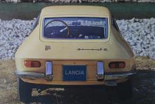 Fulvia Sport 1.3 S med Zagato-ritad kaross och smal V4 på 103 SAE-hästar. Två överliggande kamaxlar där den högra styr insugsventilerna och den vänstra avgas.