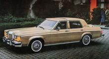 1980 hade de strama linjerna skapats med linjal. Detta är en Lincoln Versailles i två beigebruna nyanser och försedd med fuktabsorberande vinyltak.