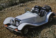 Panther-originalet J72 hade fläskigt stora skärmar och fula positionsljus/blinkers men var en välbyggd bil med hyfsade prestanda. 300 exemplar såldes.