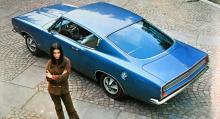 Plymouth Barracuda i 1967 års fastbackutförande och däck med tunna röda sidor, precis som man kunde få på Pontiac GTO. Barracuda såldes också i ett hard top-utförande och även som Cabriolet. Kunden hade att välja mellan 145-hästars sexa och 235-hästars V8. Automatlåda var standard.