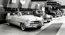 Importören ANA i Nyköping visade sina bilar av 1953 års modell vid en utställning i Malmö. Den vita vagnen är en Plymouth Cranbrook och nästa bil är en Chrysler Windsor.