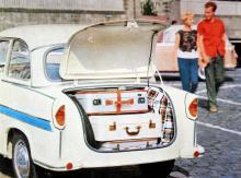 Fullt i den förvånansvärt rymliga skuffen på Trabant 600, läckert lackerad i två färger. 600-modellen var bara 336 cm lång.