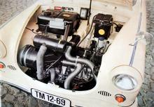 Under alla slangarna till vänster hukar den lilla 500-kubiksmotorn i den första karossversionen kallad 600 och byggd 1959–62.