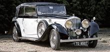 Bentley 3,5-litre med till synes ganska tung kaross. Stora Lucas-strålkastare, reservhjul i skärmarna bidrar till elegansen.
